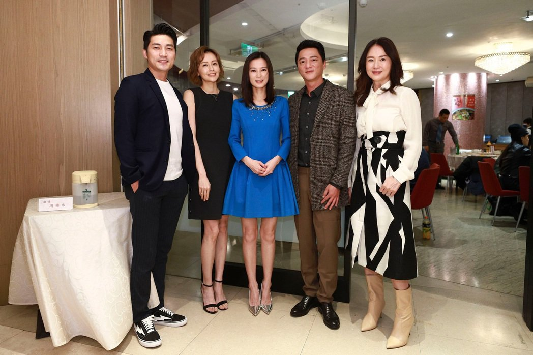 蔡力允(左起)、袁艾菲、楚宣、藍葦華、李之勤出席「日蝕遊戲」殺青宴。圖/民視提供
