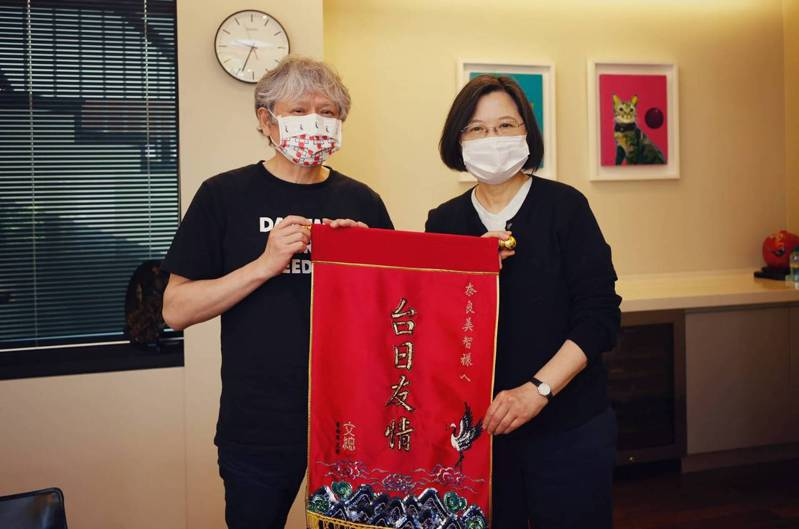 文化總會會長蔡英文總統今(8)日於官邸接見日本當代藝術家奈良美智, 「奈良美智特展」即將在3月12日於關渡美術館開展,將在台灣掀起一股奈良美智旋風。圖/蔡英文總統提供