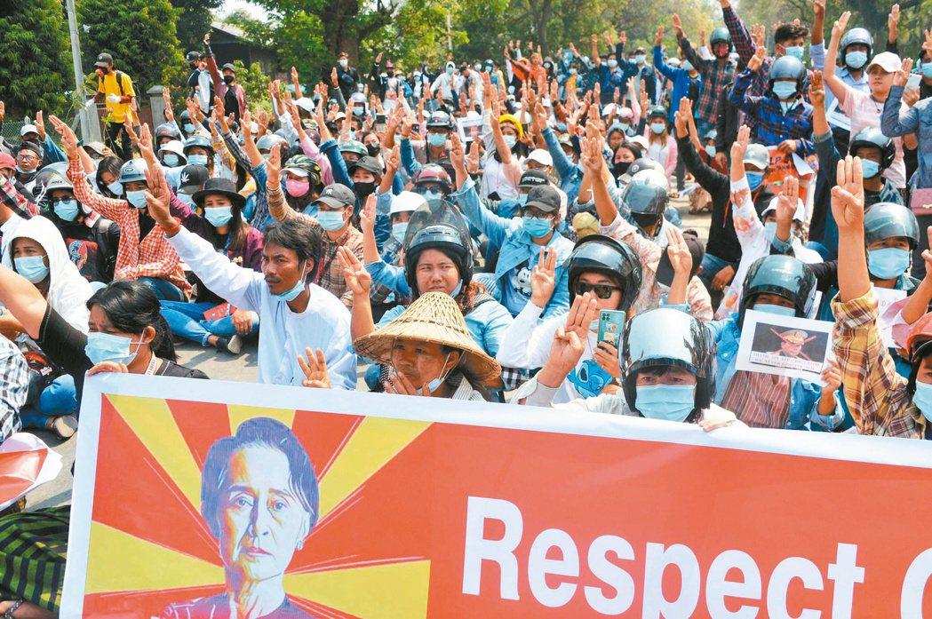 緬甸反政變示威者八日在首都奈比多比出三指手勢反對軍政府。(法新社)