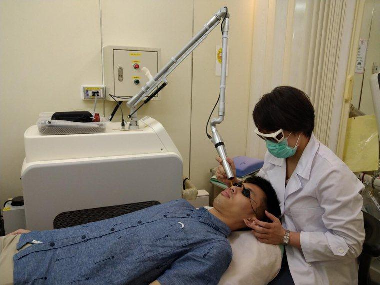 沈宜萱醫師為患者施行皮秒雷射改善膚況情形。圖/沈宜萱醫師提供