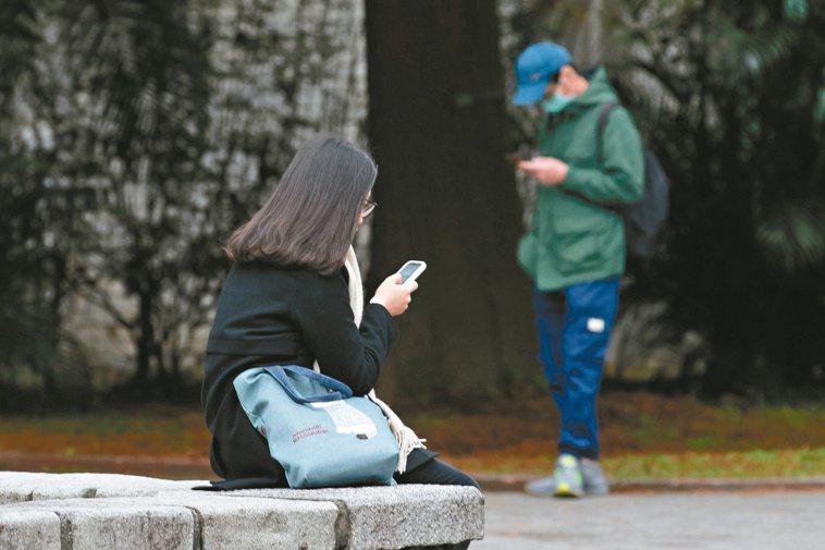 網路給了青少年逃避空間,恐降低處理挫折和情緒的能力。圖非當事人。記者季相儒/攝影