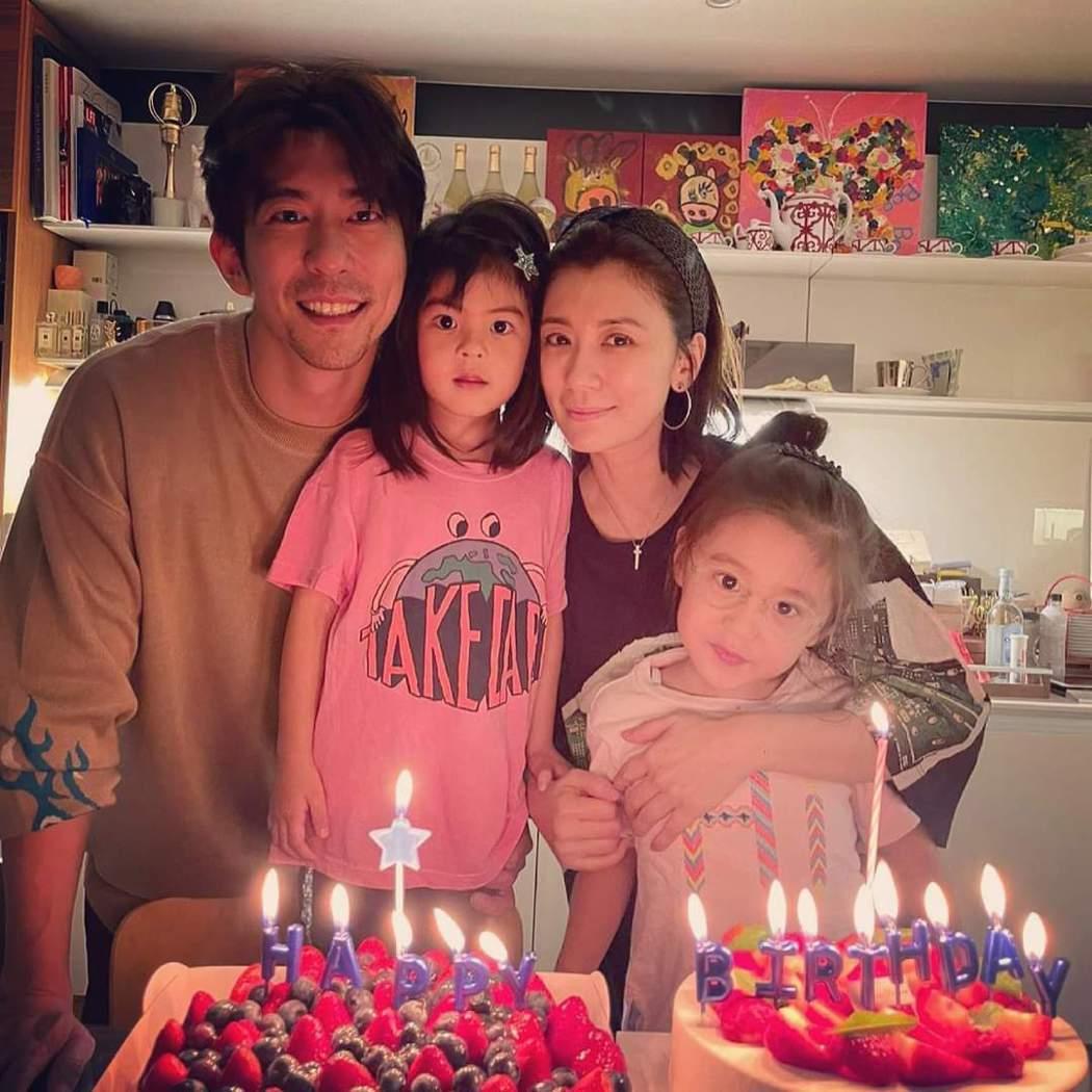 修杰楷(左)與賈靜雯(右)的女兒波妞(後中)牙齒漏風也可愛。圖/摘自臉書