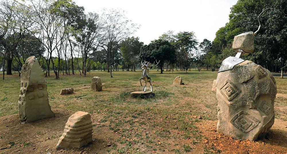 台灣當代原民藝術家雷恩創作大地之心,結合石頭圖騰象徵人類古老文明的雕刻,與其鋼雕...