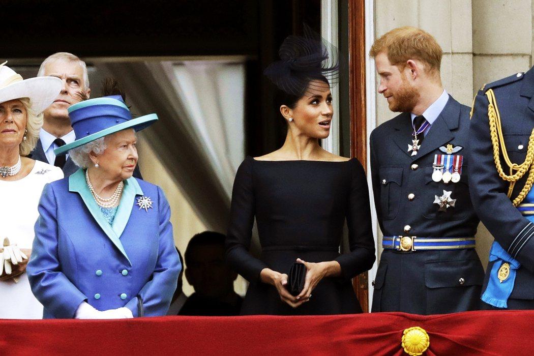 遭到專訪點名的查爾斯王子與威廉,也在同一時間得到幕僚報告。但女王方面也經過白金漢...