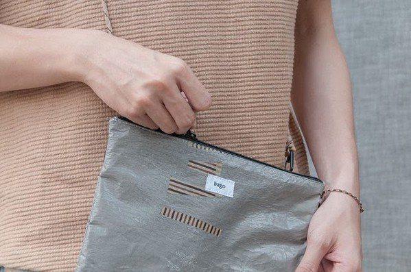 Bago塑膠袋回收再製所將平凡的塑膠袋,重製成時尚的包包。 圖/Bago塑膠袋回...