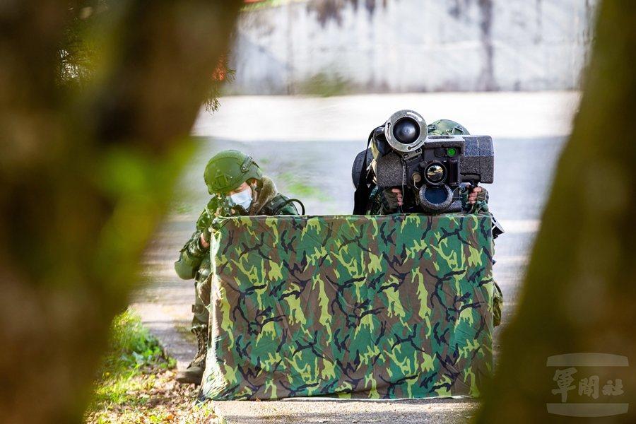 蘭陽指揮部反裝甲連以標槍飛彈執行反制氣墊船的任務。 圖/軍聞社