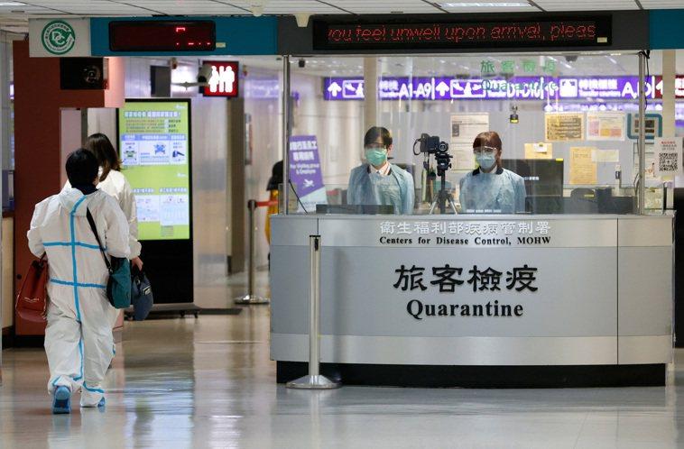 圖為旅客自桃園機場入境時,邊境檢疫協勤人員查核旅客電子檢疫申報資料是否確實,並提...