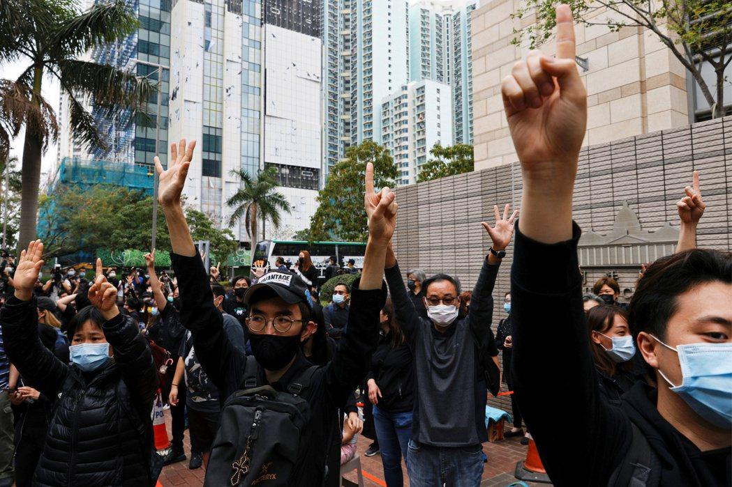 3月1日,支持者在西九龍裁判法院外聲援被控「顛覆國家政權」的民主派人士。 圖/路透社