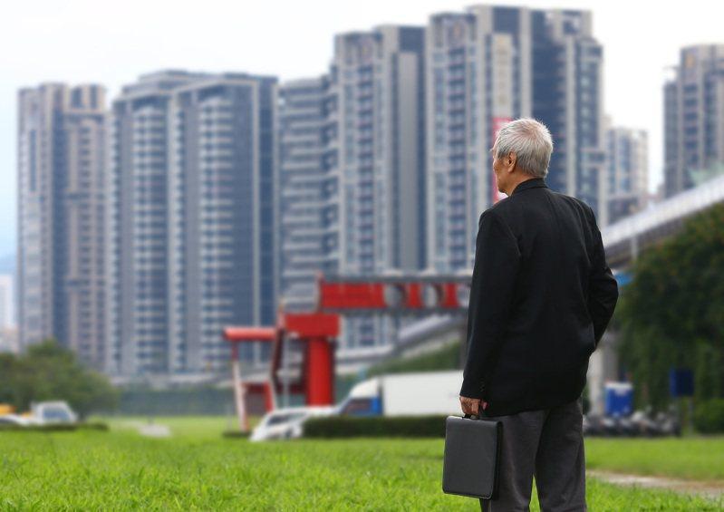 第一金投信認為,退休理財首要是創造足夠所得替代、避免斷炊,而綜合歐美專家學者的「4%法則」與「固定配置策略」所形成的「474法則」,可供退休族參考。  報系資料照/記者杜建重攝影