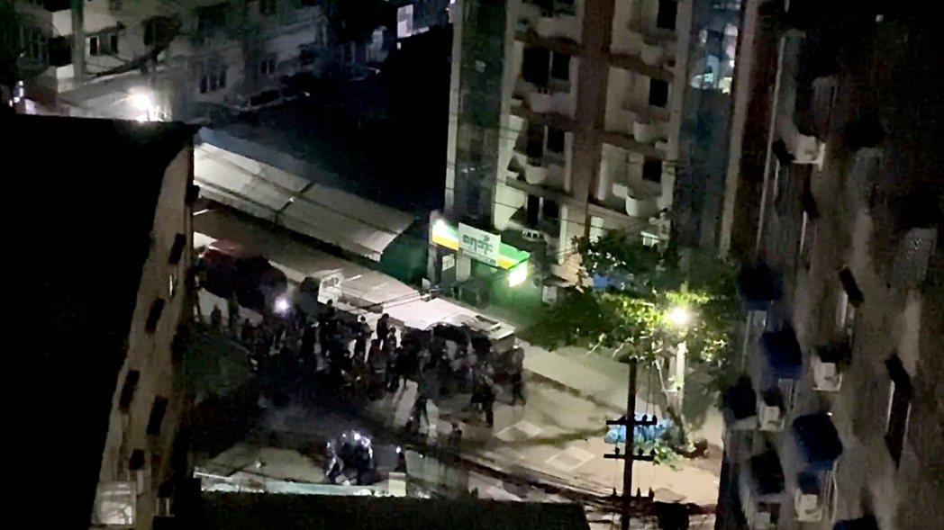 軍方3月8日晚封鎖三橋區。  圖/路透社