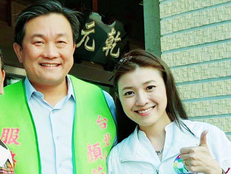 立委王定宇(左)陪同參選台北市議員黨內初選的顏若芳(右)掃街拜派票。圖擷取自顏若芳臉書