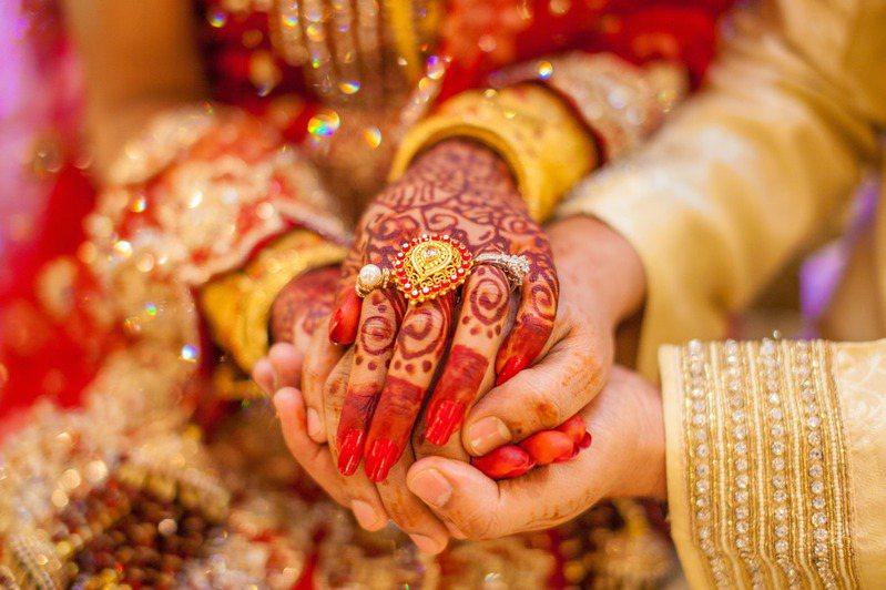 一名印度新娘因為離開娘家太傷心,突然痛哭暈倒在地,被送往醫院不治。示意圖/Ingimage