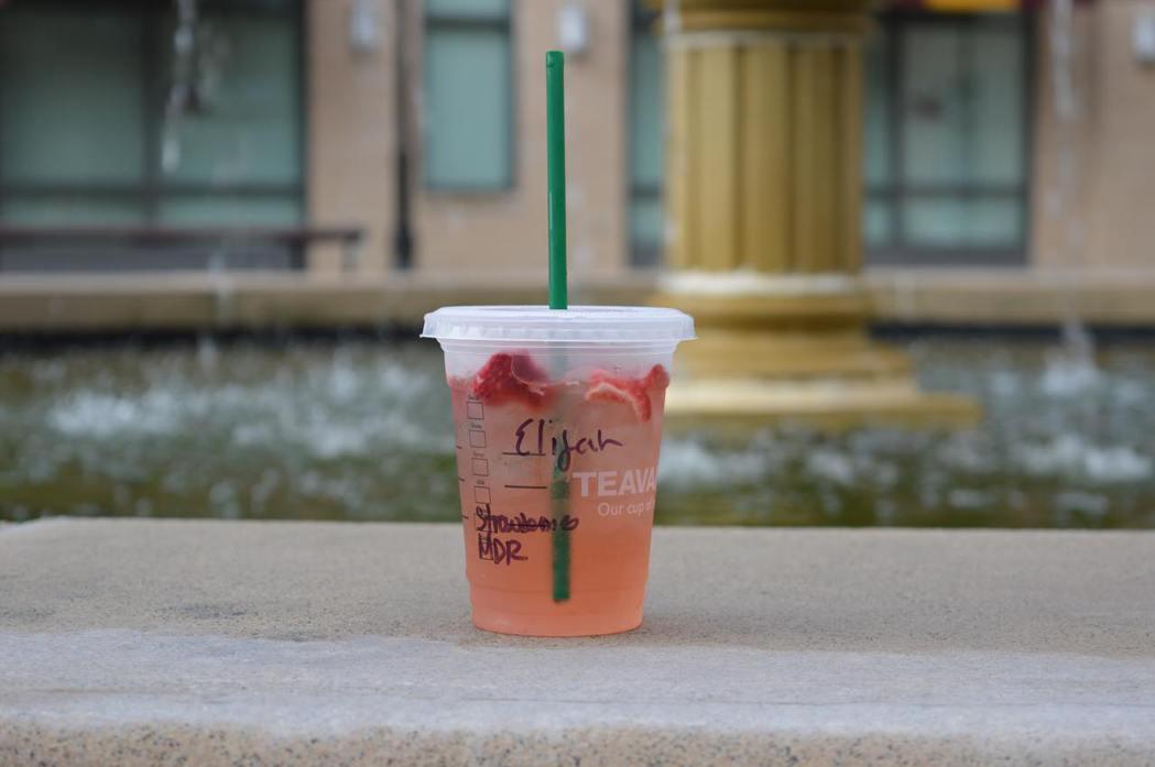 星巴克作為全球知名連鎖咖啡品牌,每年塑膠吸管用量驚人,看到塑膠吸管對海洋生態的影...