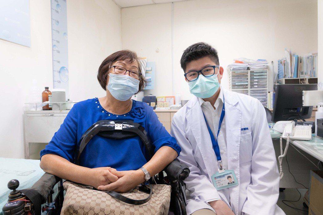 患者(左)感謝許芳偉醫師(右),經雷納生手術後讓她不再受疼痛之苦。 光田綜合醫院...