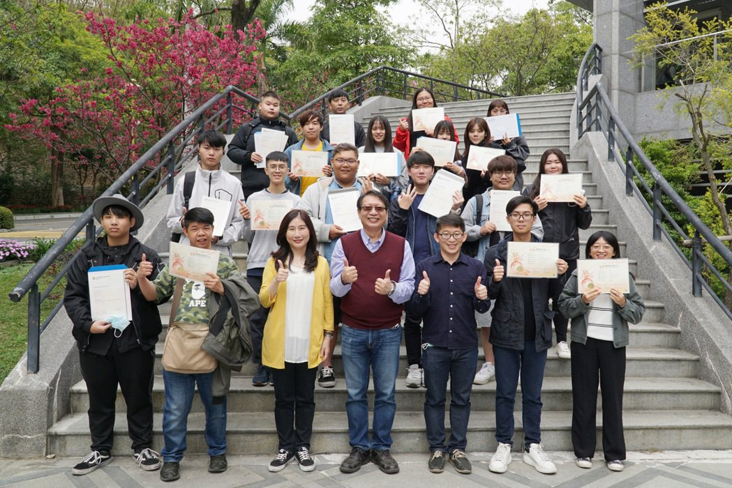 大葉大學英語系輔導學生考取多張證照。 大葉大學/提供。