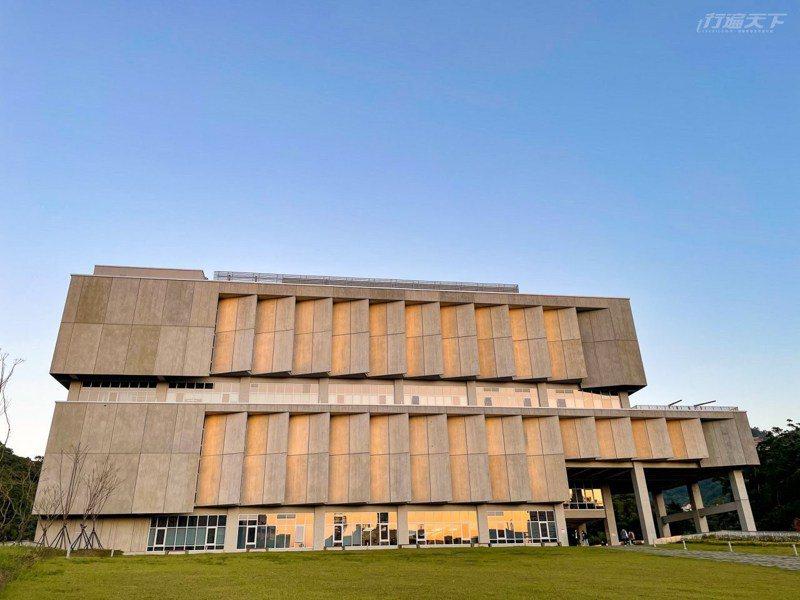 全台最每圖書館之一,其中一座就是政大達賢圖書館。