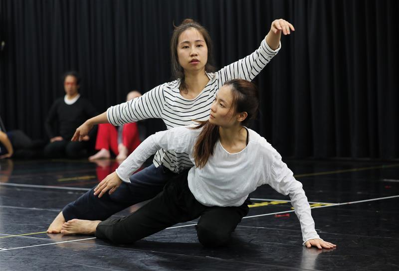 古舞團成員,用「接觸即興」的方式,進行暖身。
