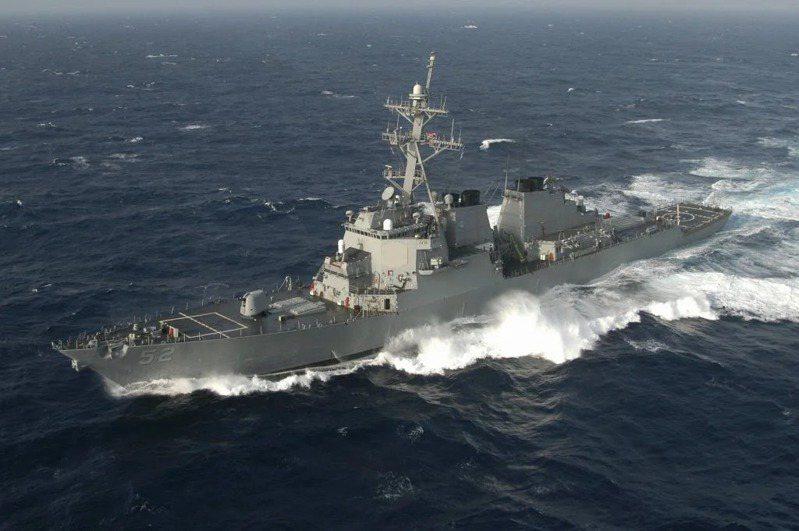 美艦自2018年首次通過台灣海峽前,情資是來台的美國國家安全局(NSA)人員所披露,圖為去年10月通過台灣海峽的飛彈驅逐艦貝瑞號。路透
