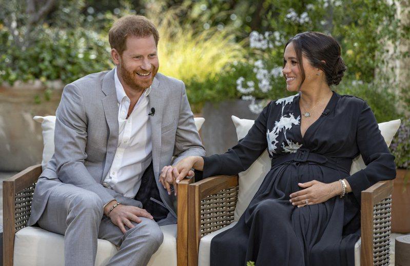 第二胎是女兒 英國哈利王子(左)與妻子梅根(右)接受美國脫口秀名主持人歐普拉專訪時宣布,第二胎將迎接的是女兒。(美聯社)