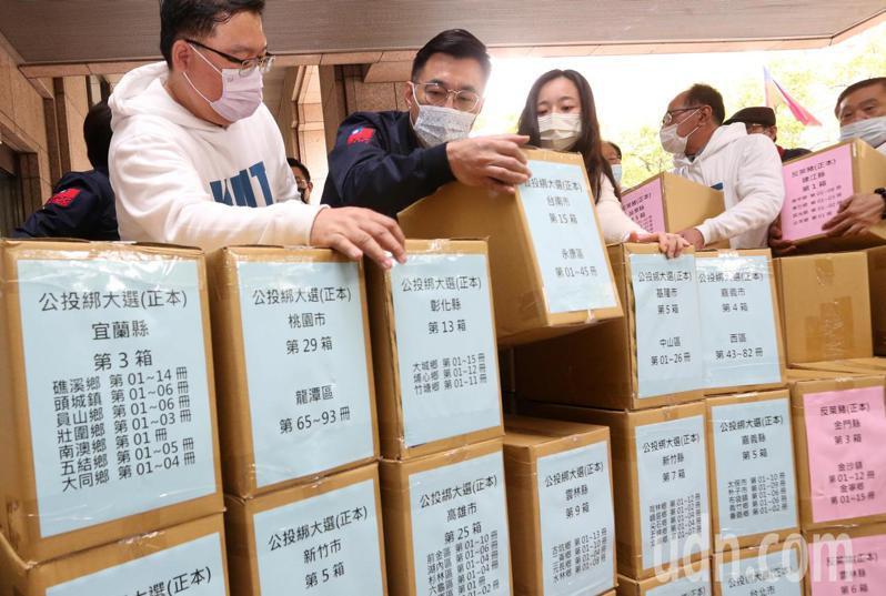 國民黨今天在主席江啟臣(左二)率領下,前往中選會送反萊豬公投與公投綁大選公投連署書。記者胡經周/攝影
