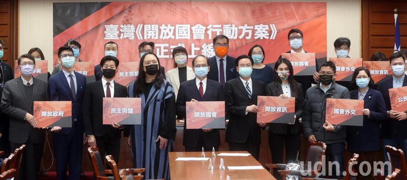 為推動國會透明化,立法院上午舉行台灣「開放國會行動方案」正式上線記者會,院長游錫堃(中)親自主持,外交部長吳釗燮(中右)、政委唐鳳(中左)出席,將促進立法院的資訊更公開透明。記者曾吉松/攝影