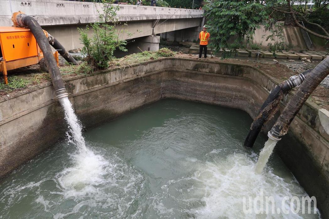 應變旱災,桃園市府使用5台12英寸抽水機支援灌溉。記者朱冠諭/攝影