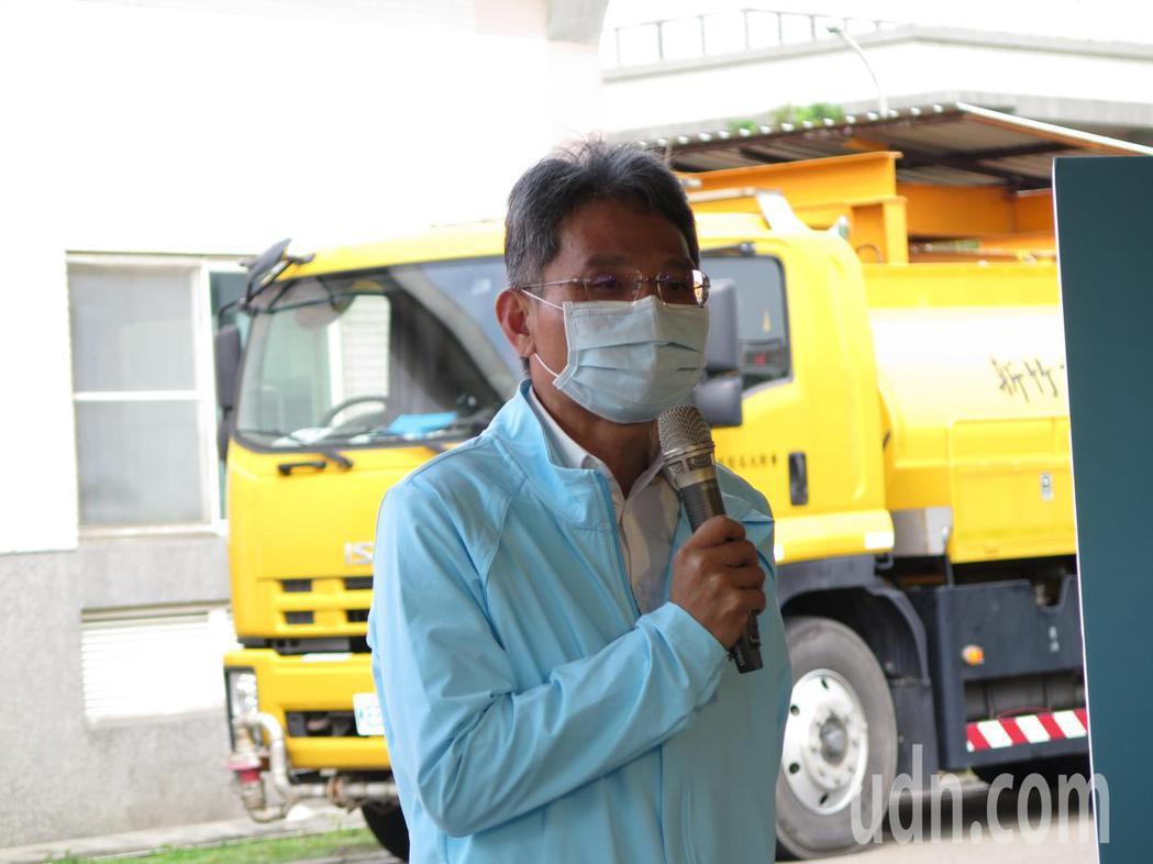 水利署長賴建信今天早上到新竹客雅水資中心訪查察回收水及再生水取水演練工作。記者張...