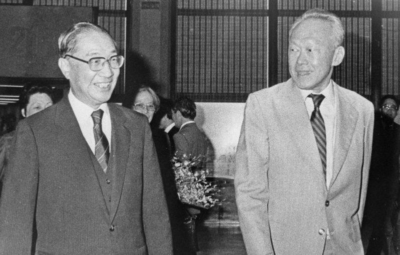 1982年美中八一七公報簽署前,當時的新加坡總理李光耀(右)曾穿梭台美,差點說服美國總統雷根不要簽署公報。圖為李光耀1986年訪台情形。圖/聯合報系資料照片
