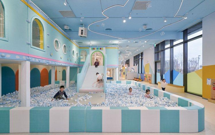 「巧虎繽紛大球池」設置互動投影,會隨著小朋友們玩樂變換圖案。圖/巧虎夢想樂園提供