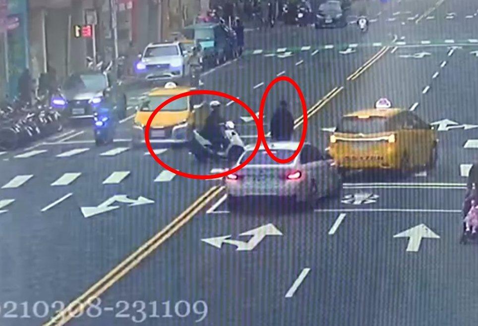 貓咪被車撞倒,熱心民眾和警察馬上趕過來幫忙。記者林昭彰/翻攝