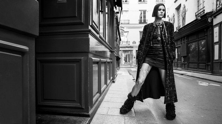 Inez與Vinoodh拍攝的一系列香奈兒2021/22秋冬高級時裝系列穿搭照。...