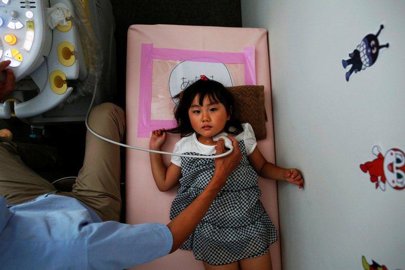 日本在福島核災那年的10月,就開始對事故發生時18歲以下的福島兒童做定期超音波檢查。路透