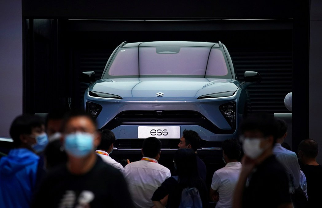 蔚來汽車去年在北京連展展示電動車。路透