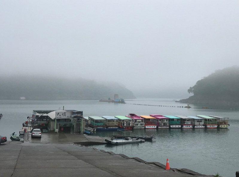 石門水庫大壩碼頭目前可以停靠多艘環湖遊艇,但是生意清淡。圖/桃園市遊渡船遊艇公會提供