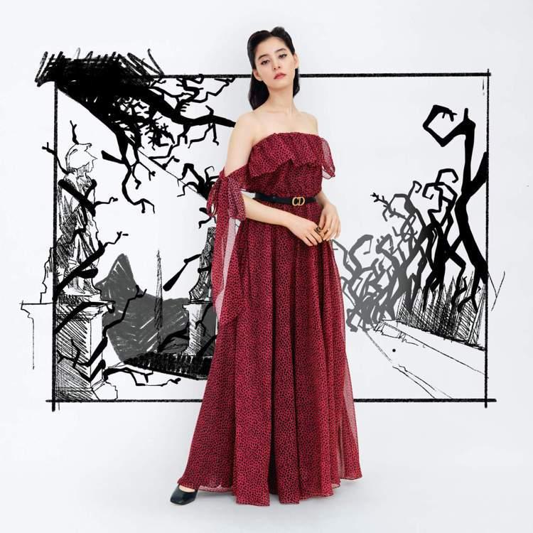 新木優子身穿紅色裙裝異地觀賞2021秋冬大秀影片。圖/DIOR提供