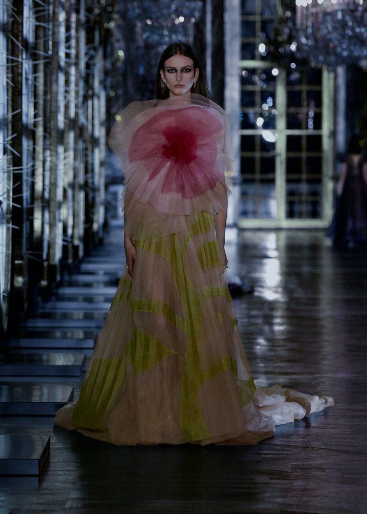 多套飄逸的晚禮服就像為公主量身訂做的舞裙,層疊薄紗表現夢幻浪漫。圖/DIOR提供