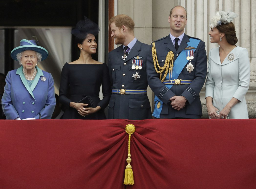 2018年,英國女王(左起)與哈利夫妻和威廉夫妻一同欣賞皇家空軍表演。美聯社