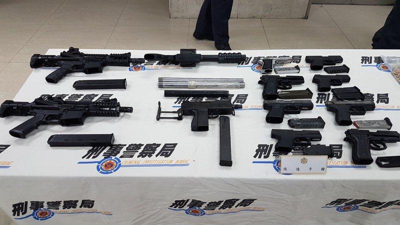 過去黑幫拿的槍,制式才有派頭,警方屢屢查獲大批軍火走私及改造槍械案。圖/聯合報系資料照片