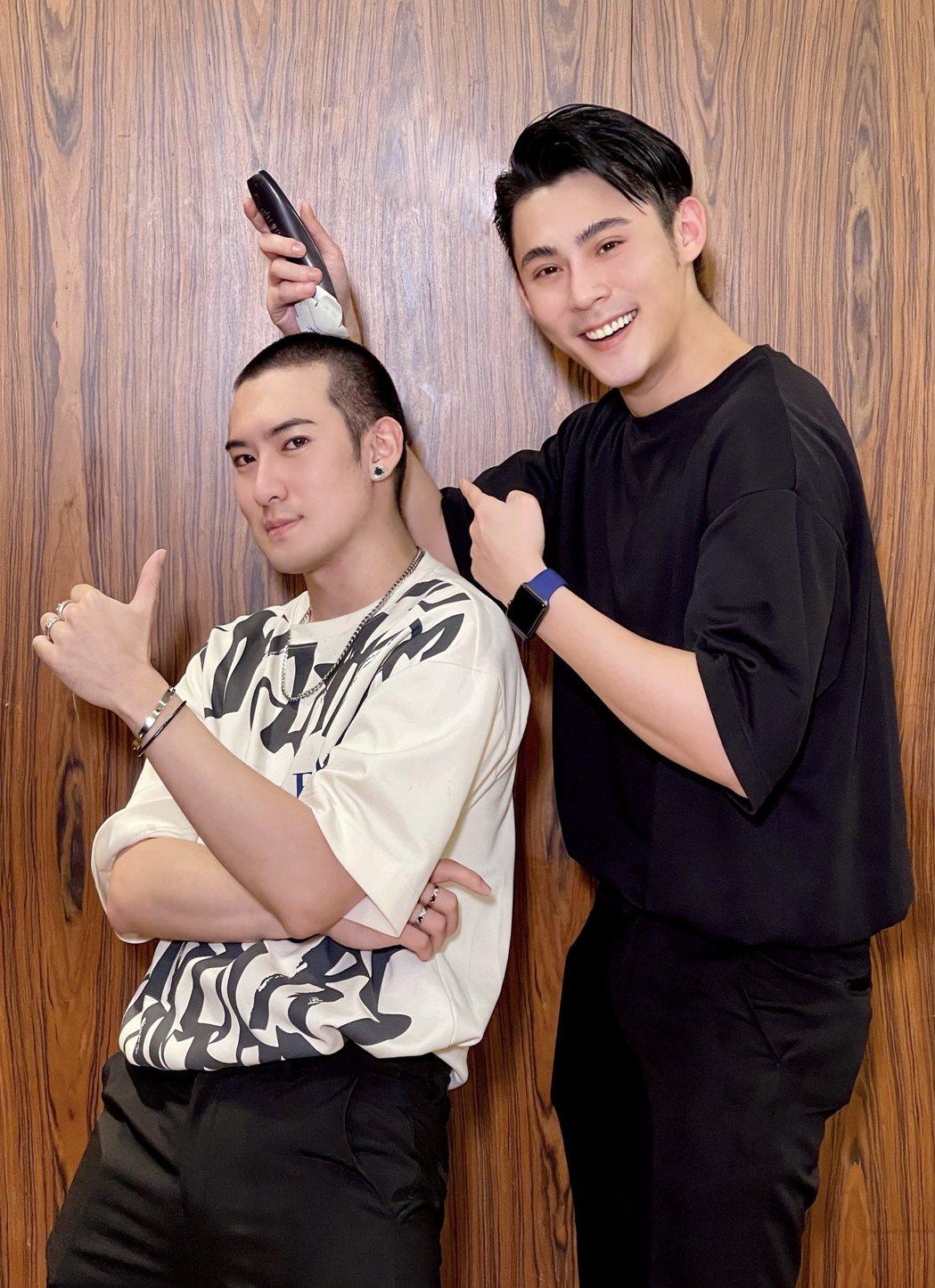 沈建宏(左)將當兵,陳奕幫忙剃頭。圖/達騰娛樂提供