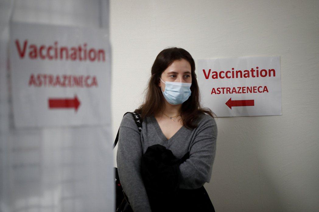 AZ疫苗讓部分法國人沒信心,圖為一名在巴黎郊區斯坦一間綜合醫院等待接種AZ疫苗民...