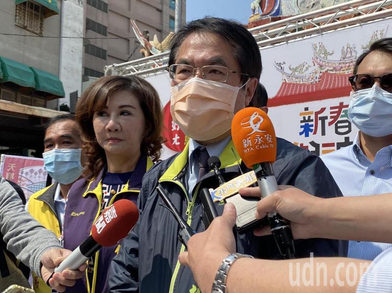 台南市長黃偉哲今天宣布,因應疫情,各納骨塔取消聯合法會,規畫室內分流動線及人數管制,入塔參拜必須實名登記。記者鄭維真/攝影