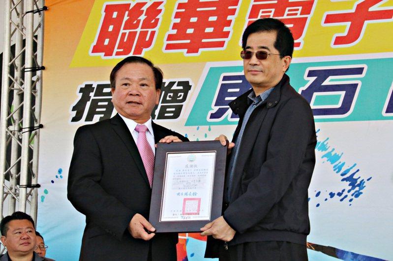 聯電捐贈100萬元予東石高中棒球隊,由東石高中校長楊長鉿(左)致贈感謝狀給聯電董事長洪嘉聰。供 聯電/提