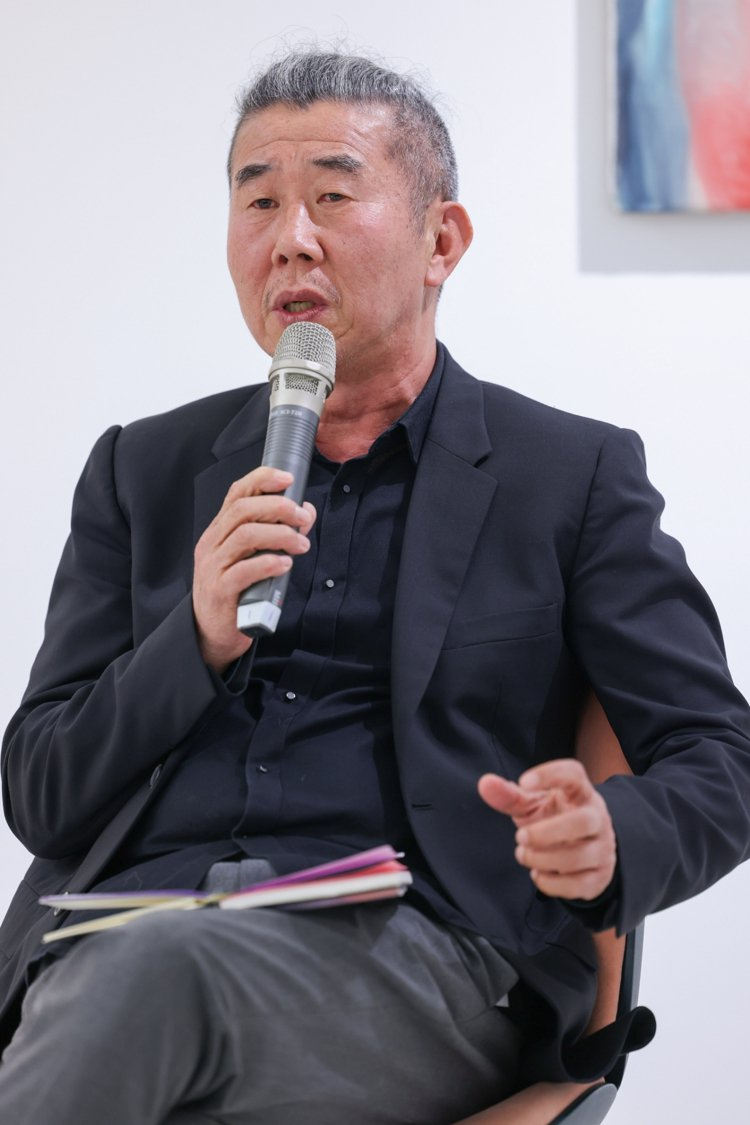 資深藝術收藏家、評論家曾文泉,為本次的展出進行導覽。記者沈昱嘉/攝影
