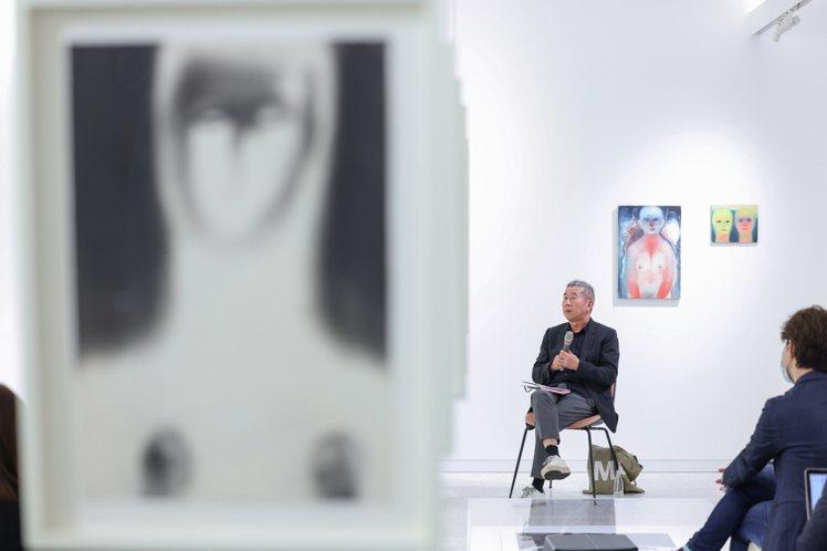 資深藝術收藏家、評論家與策展人曾文泉,為本次的展出進行導覽。記者沈昱嘉/攝影