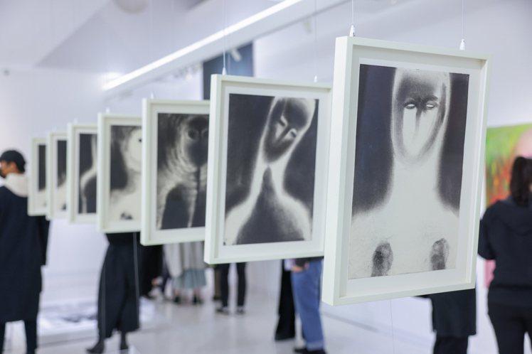 連續的七幅畫作,以強烈的黑白肖像引人關照探索其背後意涵。記者沈昱嘉/攝影