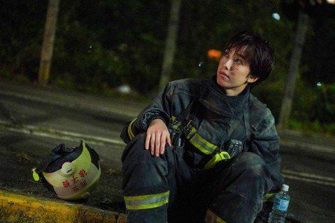 陳庭妮在公視、myVideo「火神的眼淚」中飾演唯一的女性消防員,面臨職場性別歧視,她也為戲剪去多年長髮、健身增重,甚至考取專業救護執照EMT-1,她坦言:「內心是蠻不想服輸的!角色是有些使命感的,...