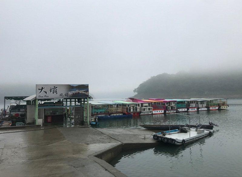 石門水庫業者表示壩頂大壩碼頭仍可搭船遊湖,不受枯水期影響。圖/桃園市渡船遊艇公會提供