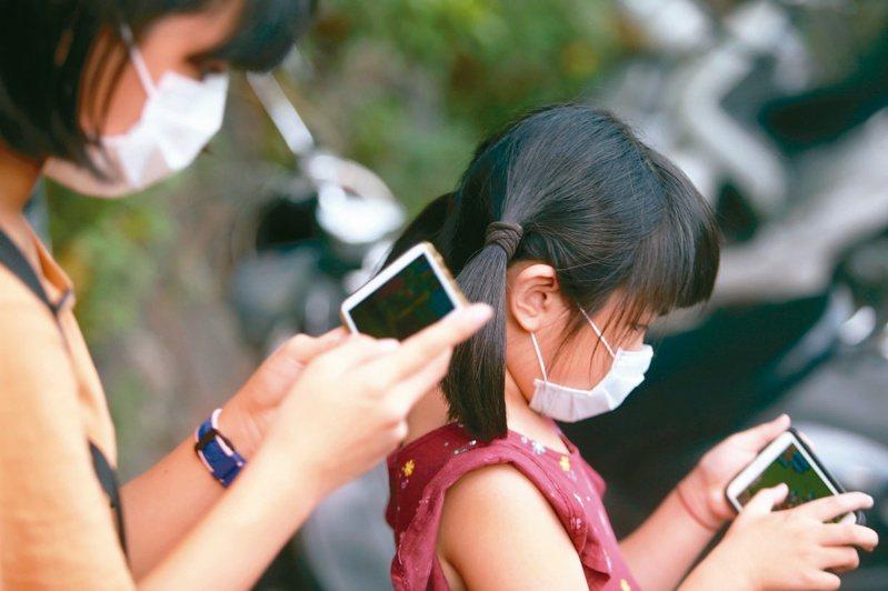 對父母來說,智慧手機帶來新型態教養難題。本報資料照片