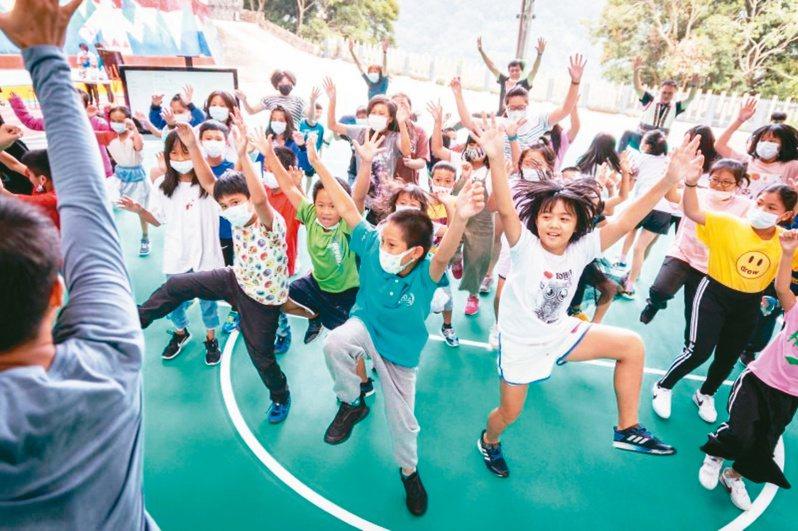雲門深入偏遠小學推廣「舞蹈蒲公英」計畫。圖/雲門提供