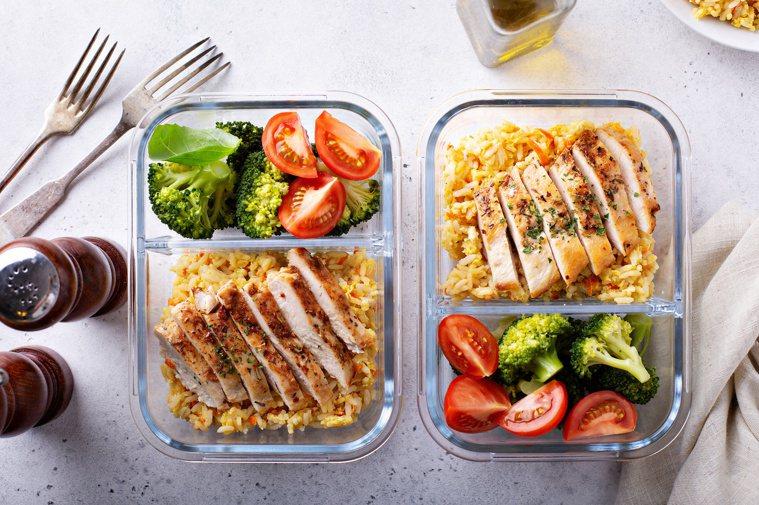 每天固定在8小時內進食,有助於減重,但須謹慎挑選食物。圖╱123RF